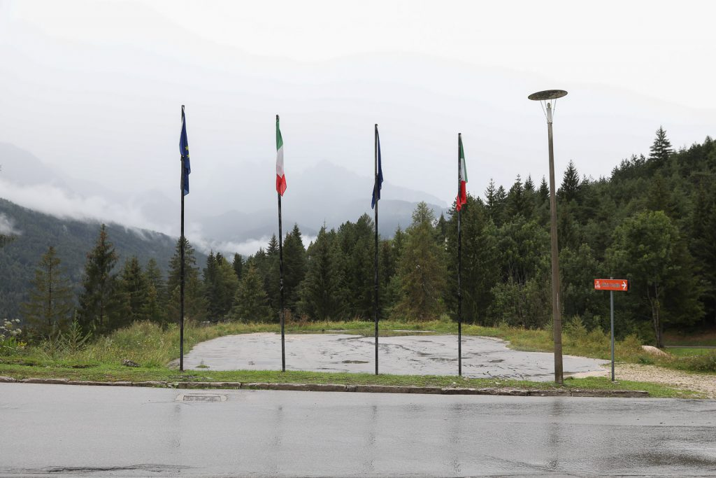 pennoni nel piazzale con vista sul Pelmo