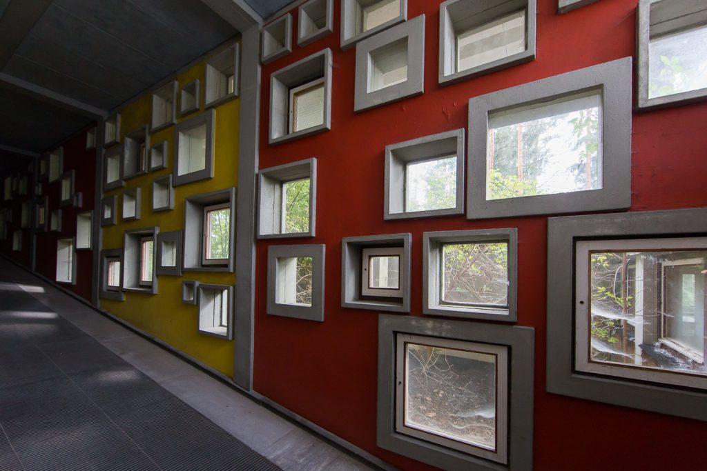 le finestrelle quadrate di Gelner del Villaggio Eni di Borca di Cadore