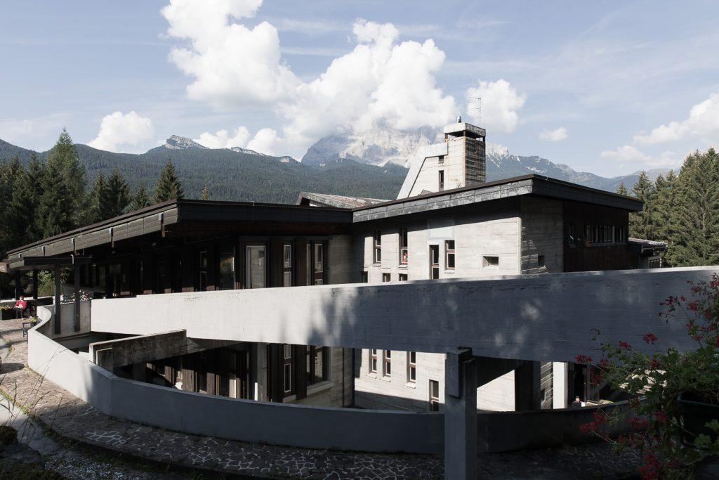 albergo del Villaggio Eni di Borca di Cadore con il Pelmo sullo sfondo