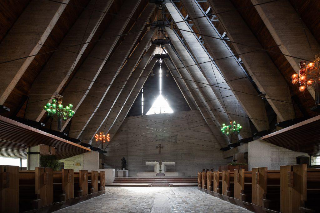 interno della chiesa di Nostra Signora delle Dolomiti
