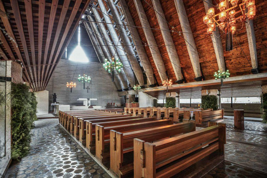 interno della chiesa di Nostra Signora delle Dolomiti di Carlo Scarpa