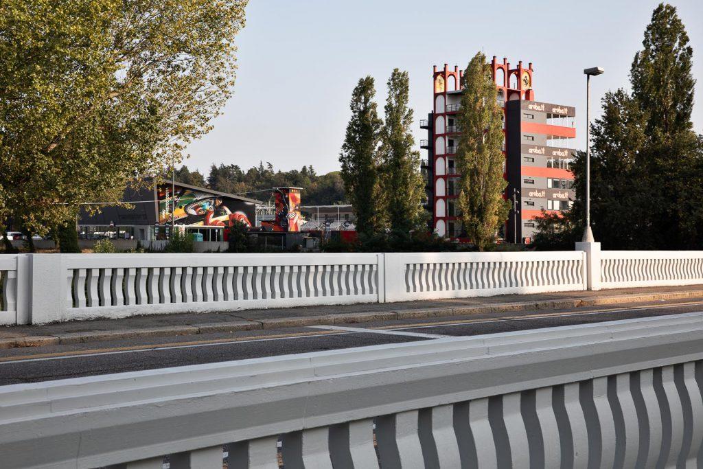 La torre dell'autodromo Enzo e Dino Ferrari vista dal ponte di viale Dante
