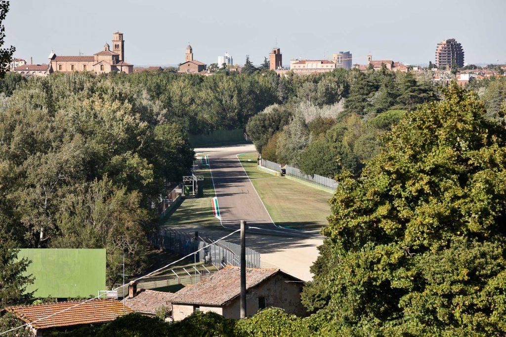 La città di Imola vista da sopra la curva della Tosa