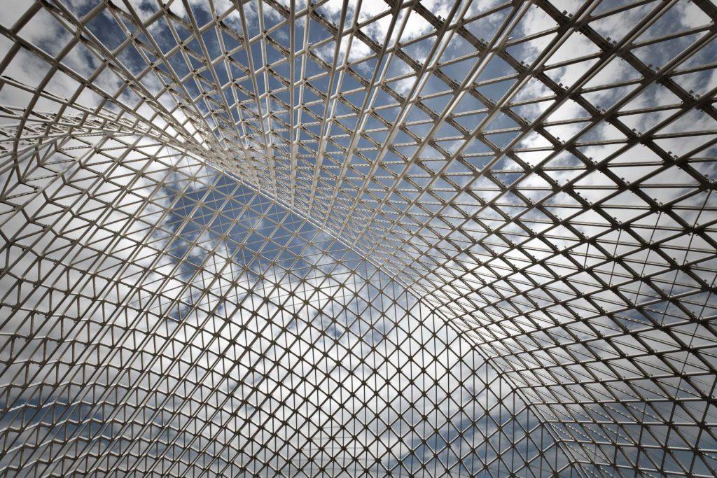 sotto la vela di Calatrava, il reticolato metallico visto dal piano vasca