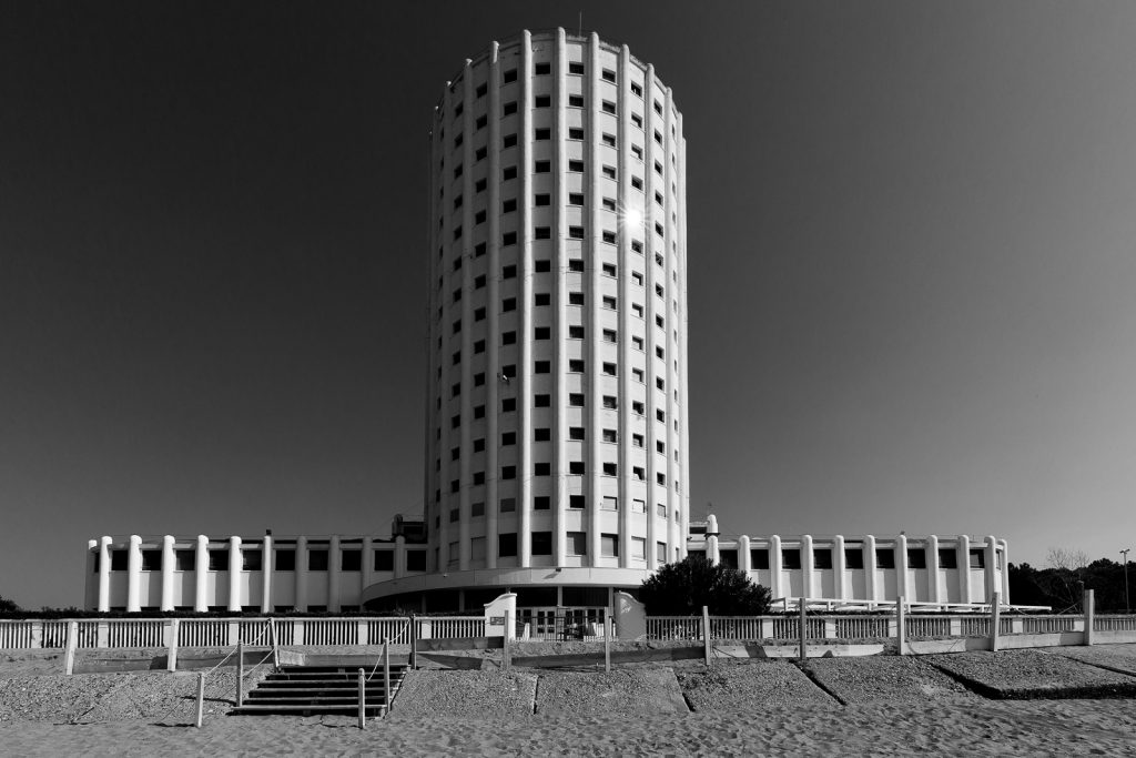 Colonia Fiat - Marina di Massa (MS) | Prospetto principale edificio centrale fronte mare © 2017