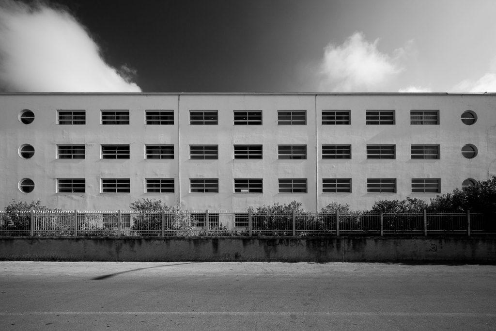 Colonia Torino - Marina di Massa (MS) | Dettaglio principale edificio centrale fronte mare © 2017