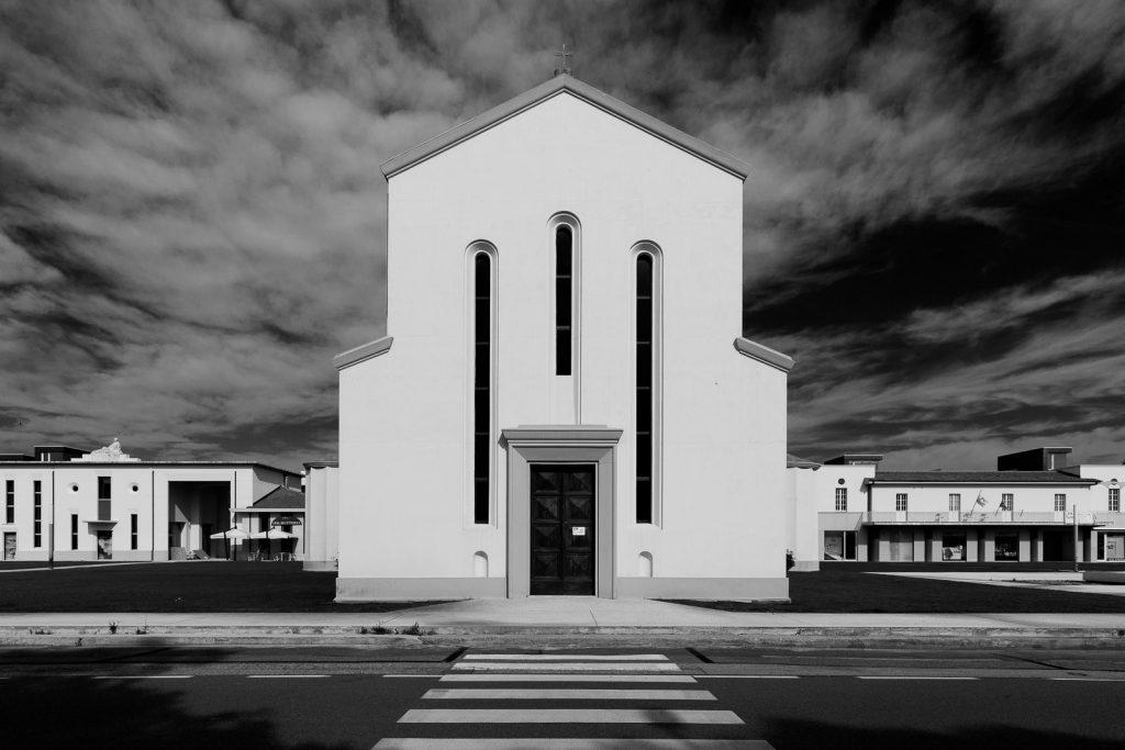 Chiesa di Santa Rosa - Calambrone (PI) | Facciata a Ponente © 2017