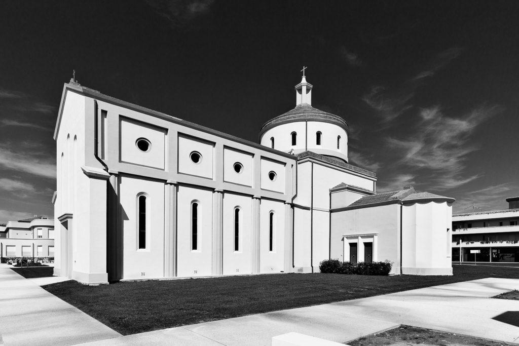 Chiesa di Santa Rosa - Calambrone (PI) | Prospetto a meridione con transetto © 2017