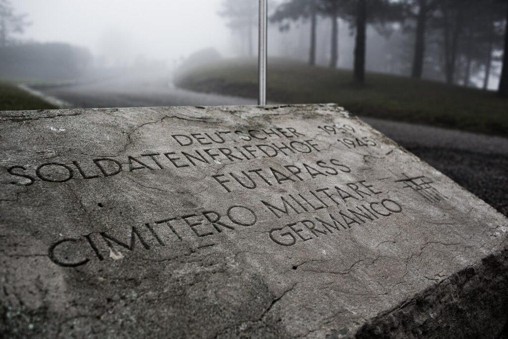 Stele all'ingresso del cimitero militare germanico del Passo della Futa