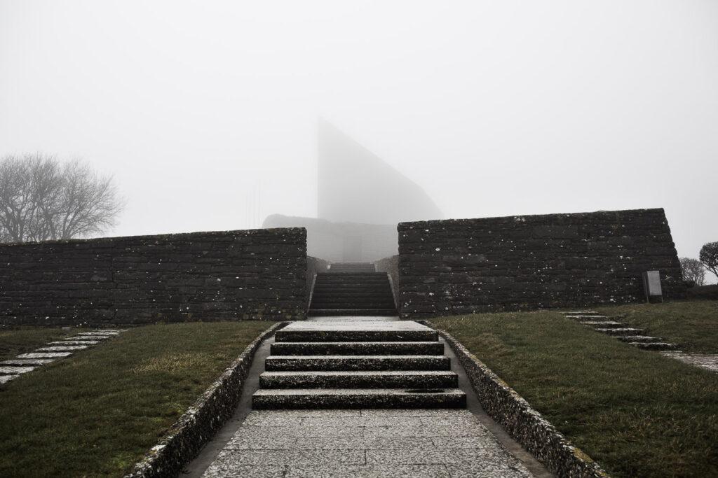 Edificio apicale del cimitero militare germanico del Passo della Futa in mezzo alla nebbia