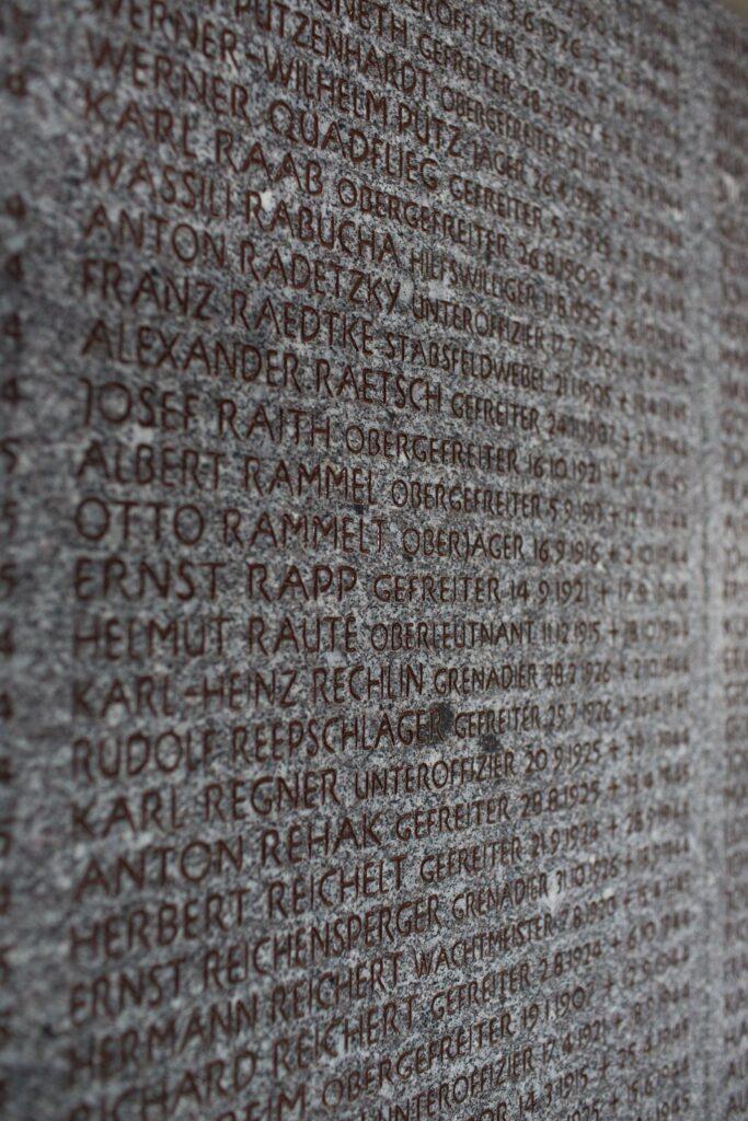 Lapide memoriale del cimitero militare germanico del Passo della Futa