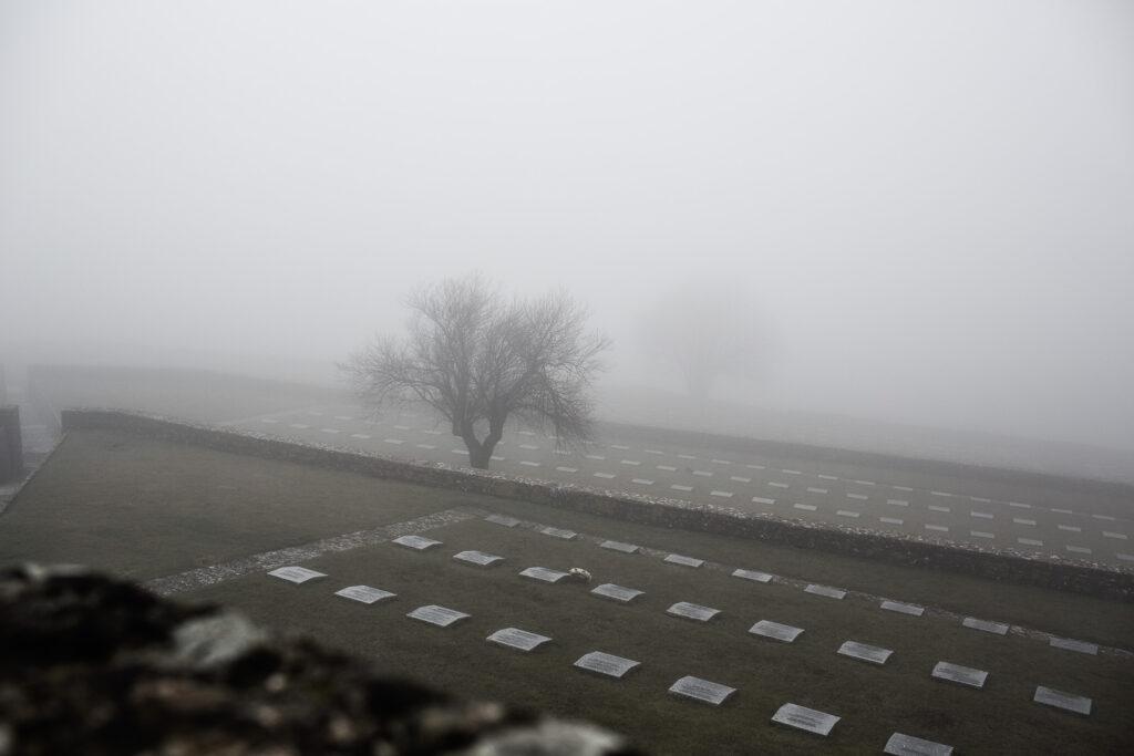 Campi di lapidi del cimitero militare germanico del Passo della Futa immerse nella nebbia